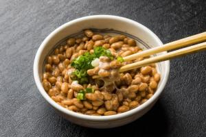 賞味期限切れの納豆はいつまで食べられるのか。加熱すればもつもの?